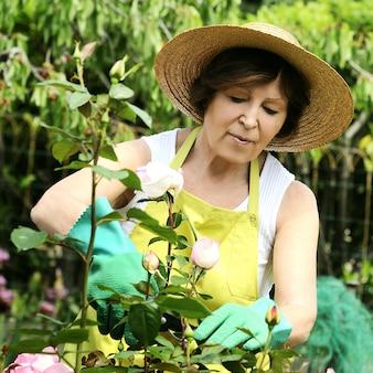 Femme jardinier avec des fleurs