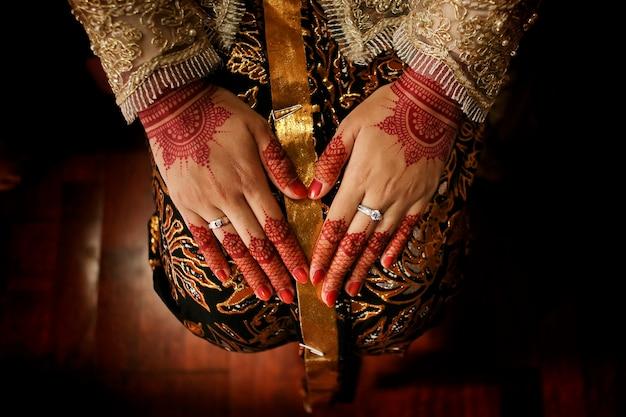 Femme javanaise à l'aide de henné et de batik