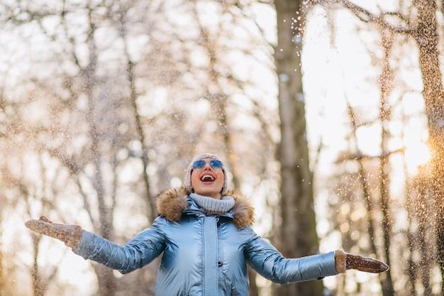 Femme, jeter, neige, dans parc