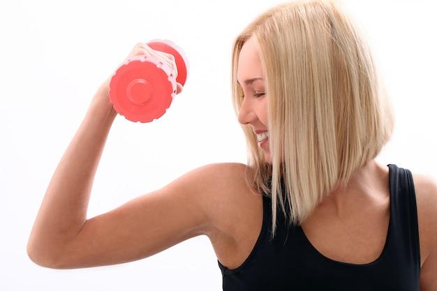 Femme jeune athlète avec haltères