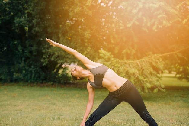 Femme jeune en bonne santé, échauffement en plein air dans le jardin