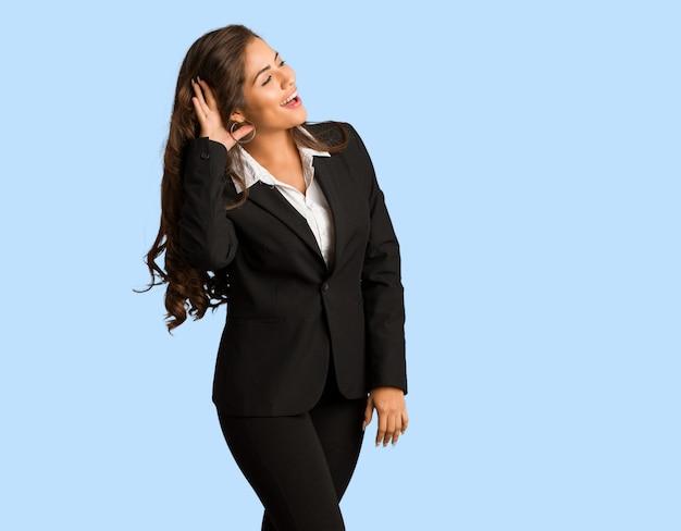 Femme jeune busines complet du corps essaie d'écouter un commérage