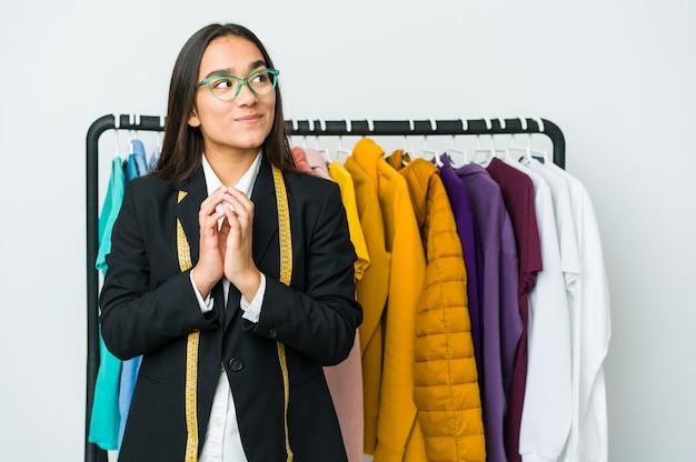 Femme jeune designer asiatique inventant un plan à l'esprit, mettant en place une idée.