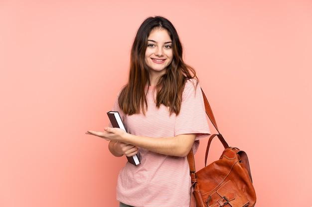 Femme jeune étudiante allant à l'université