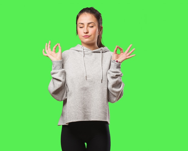 Femme jeune fitness faisant du yoga