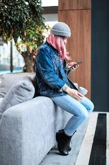 Femme jeune hipster aux cheveux roses et chapeau