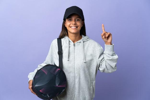 Femme jeune sport avec sac de sport pointant vers le haut une excellente idée