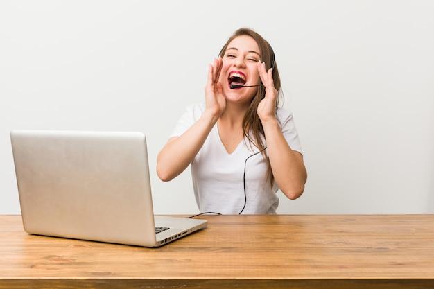 Femme jeune télévendeur crier excité.