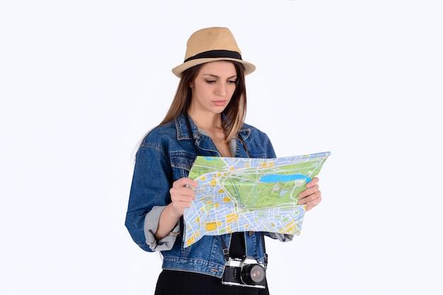 Femme jeune touriste regardant la carte.