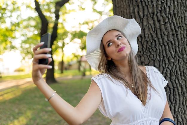 Femme jeune voyageur faisant selfie lors d'un voyage à l'étranger