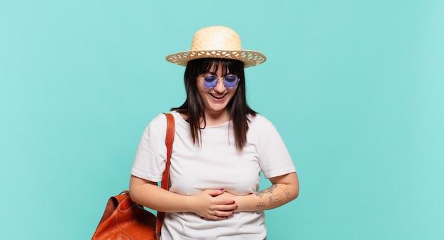Femme jeune voyageur en riant à haute voix à une blague hilarante se sentir heureux et joyeux de s'amuser