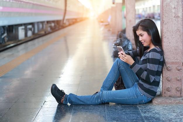 Femme jeune voyageur avec sac à dos à l'aide de téléphone intelligent lors de voyages en vacances