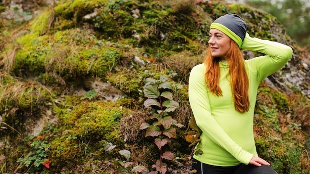 Femme jogger prenant une pause