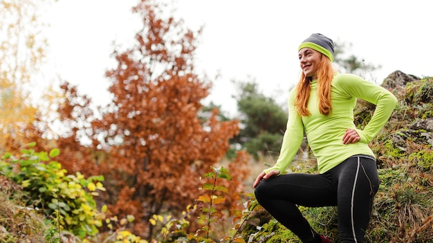 Femme jogger reposant vue basse