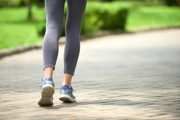 Femme, jogging, dans parc