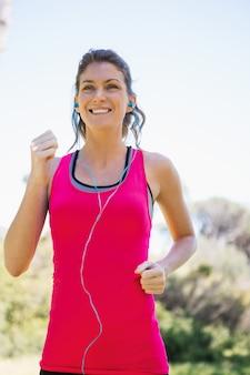 Femme jogging en écoutant de la musique