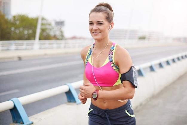 Femme jogging à travers te ville