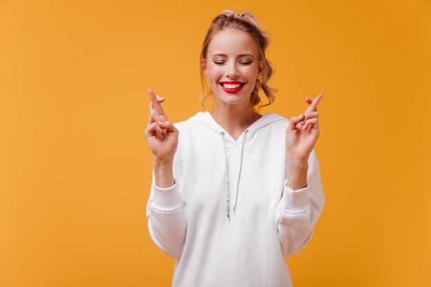 Femme avec de jolies fossettes sur ses joues avec sourire fait voeu