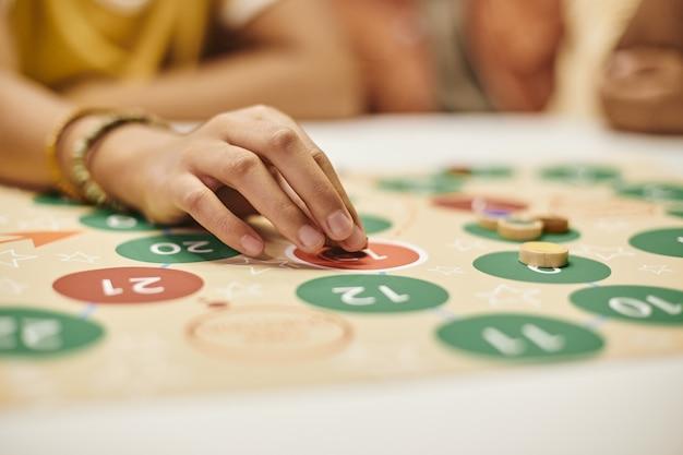 Femme jouant au jeu de société
