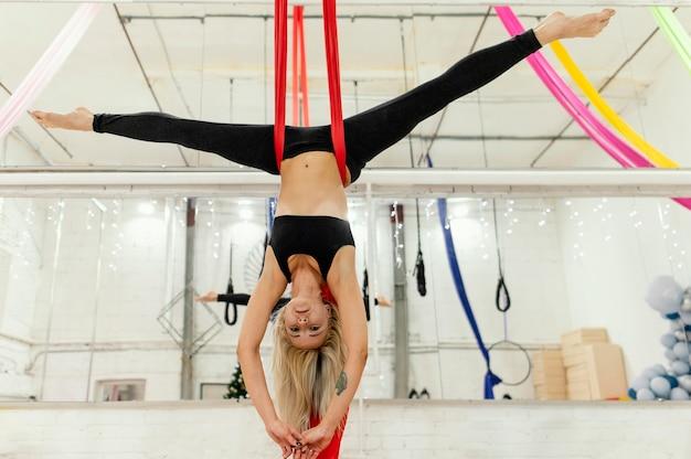 Femme jouant au trapèze