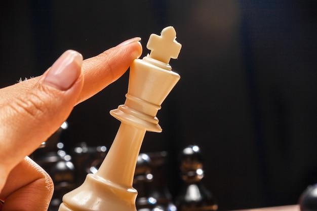 Femme jouant aux échecs
