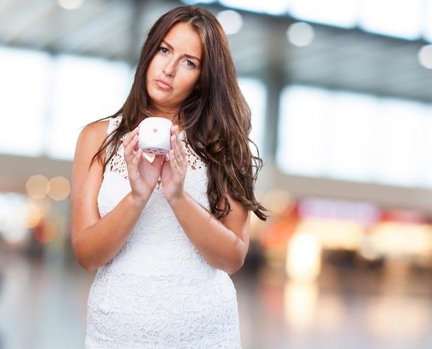 Femme jouant aux dés malchanceux