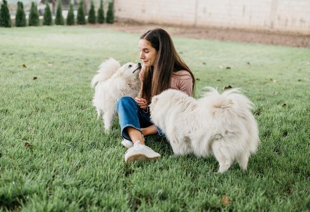 Femme jouant avec des chiens mignons