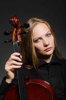 Femme jouant du violoncelle classique dans le concept de musique