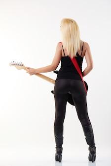 Femme jouant de la guitare électrique