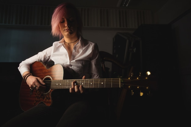 Femme jouant de la guitare