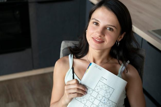 Femme jouant à un jeu de sudoku