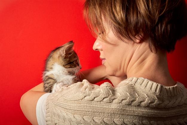 Femme jouant avec un petit chat
