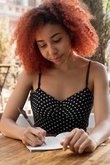 Femme jouant seul à un jeu de sudoku