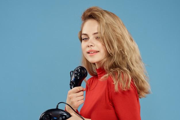 Une femme joue au jeu dans des consoles avec des joysticks