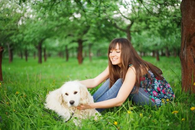 Femme joue avec son chien