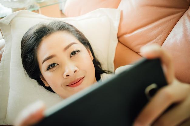 Femme jouer au jeu smartphone pour se détendre.