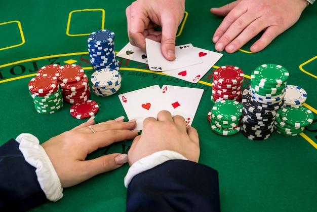 Femme jouer avec croupier, black jack, casino
