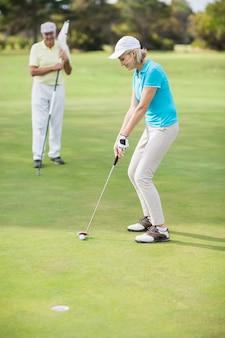 Femme, jouer, golf, quoique, debout, homme