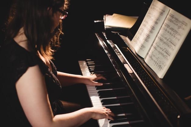 Femme, jouer piano