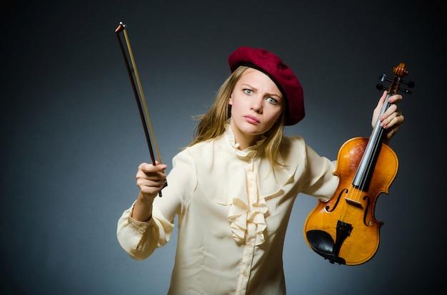 Femme joueur de violon dans le concept musical