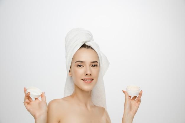 Femme de jour de beauté portant une serviette isolée