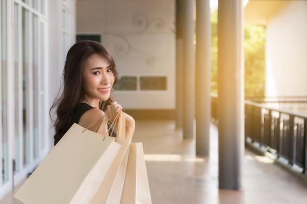 Femme en journée de shopping