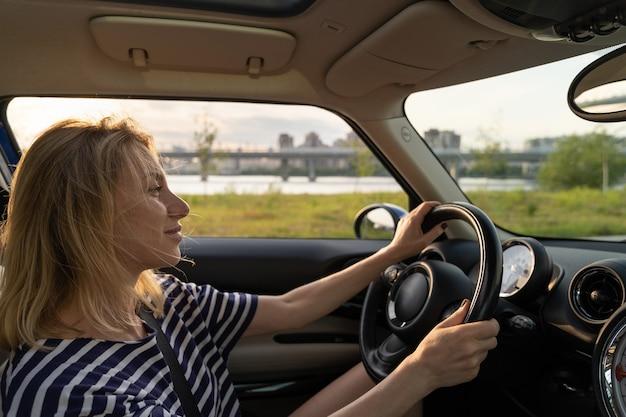 Femme joyeuse appréciant la conduite automobile