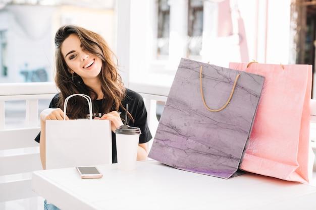 Femme joyeuse après le shopping