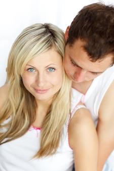 Femme joyeuse assis avec son petit ami