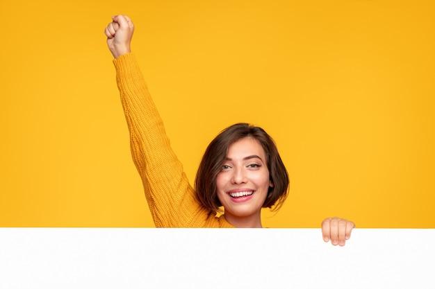 Femme joyeuse avec bannière levant le poing