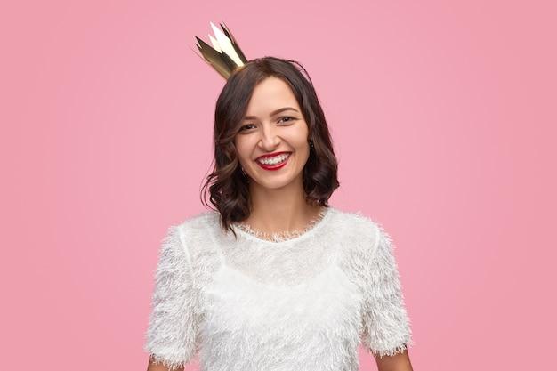 Femme joyeuse en couronne en fête