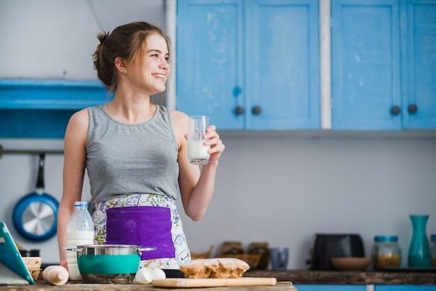 Femme joyeuse avec du lait à la recherche