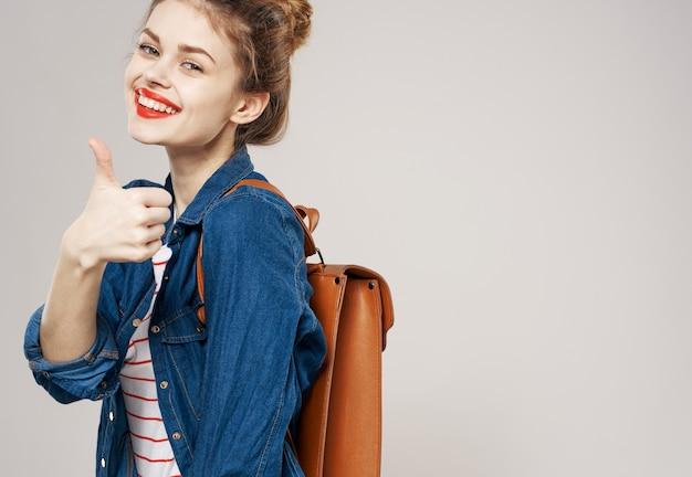 Femme joyeuse avec glamour étudiant mode sac à dos bouchent. photo de haute qualité