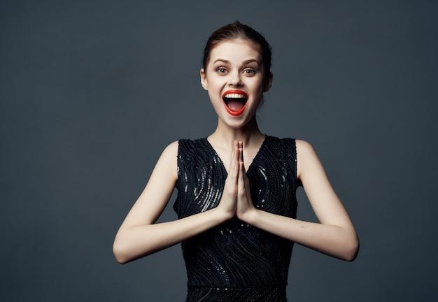 Femme joyeuse lèvres rouges émotion modèle de studio de luxe fond isolé. photo de haute qualité